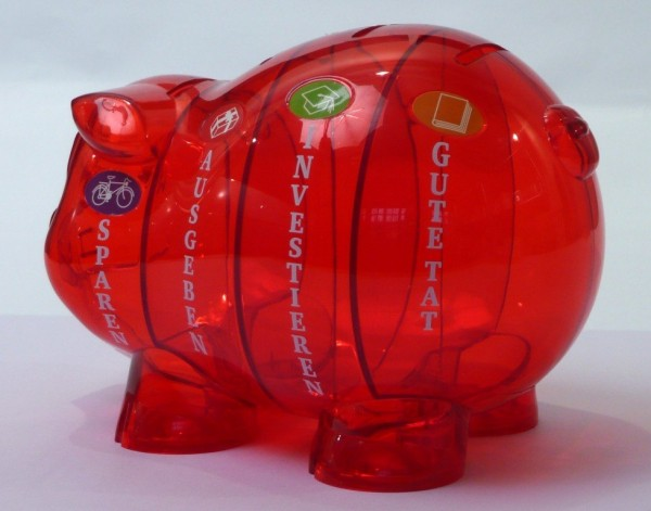 Sparschwein rot mit vier Fächern von der Seite