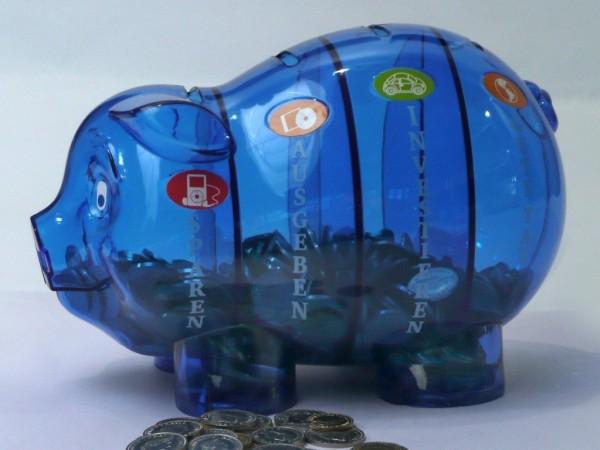 Sparschwein blau mit vier Fächern und Münzen