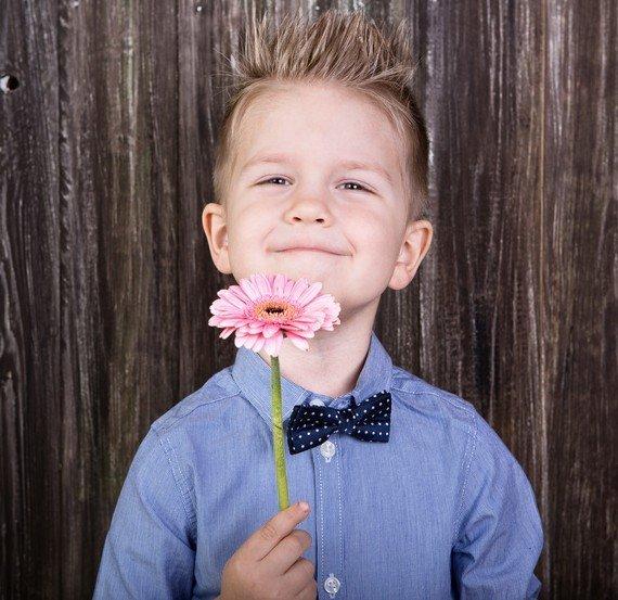 Junge zeit Wertschätzung mit einer Blume